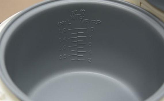 Lòng nồi cơm điện Happy Cook HC-180A 1.8 lít được làm bằng chất liệu chống dính cao cấp